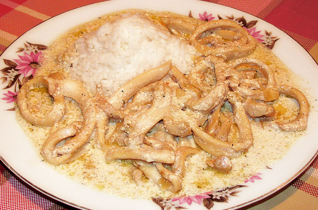Азиатские кальмары, тушеные с луком