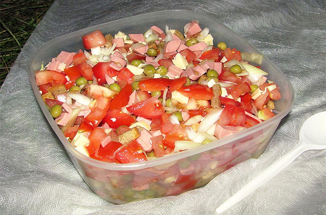Деликатный салат со свежими помидорами